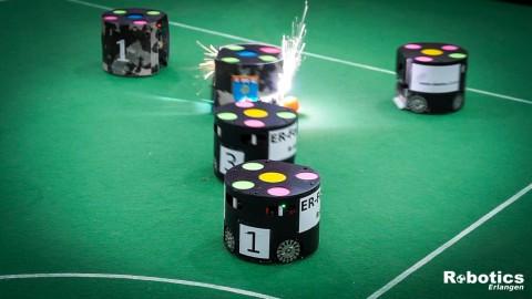 Im Spiel gegen RoboIME fliegen Funken.
